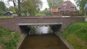 Naturnebenfluß mit schöner Brücke lizenzfreie stockbilder