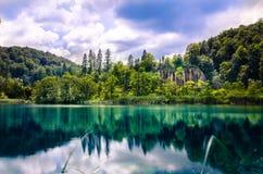 Naturpark mit Wasserfällen und Türkiswasser Lizenzfreie Stockfotografie