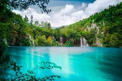 Naturpark mit Wasserfällen und Türkiswasser Stockbild