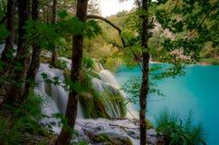Naturpark mit Wasserfällen und Türkiswasser Stockbilder