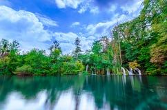 Naturpark mit Wasserfällen und Türkiswasser Lizenzfreie Stockbilder