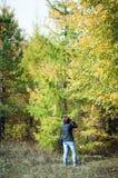 Naturphotograph bei der Arbeit lizenzfreie stockbilder