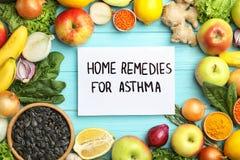Naturprodukter och anmärkning med textHEMBOTER FÖR ASTMA på träbakgrund arkivbild