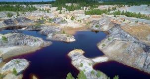 Naturreparationer bryter sten vid små träd på steniga öbanker arkivfilmer