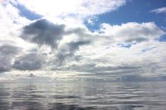 Naturs spegel: Port Phillip Bay i vinter arkivbilder