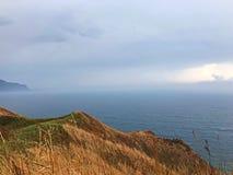 Naturschönheit des Hügels, des Himmels und des Meeres stockfotografie