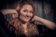 Naturschönheitsfrauenlächeln hell und Gehen, ihr Haar oben zu binden Lizenzfreies Stockbild