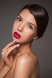 Naturschönheitsporträtnahaufnahme eines jungen Brunettemodells Stockfoto
