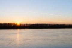 Natursolnedgång över den soliga floden Arkivfoto