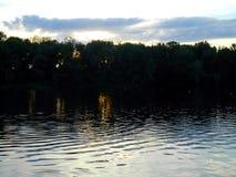 Natursommerfluß und -Baumreihe auf dem Ufer sehen direkt an Stockbild