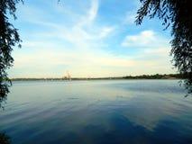 Natursommerfluß und -Baumreihe auf dem Ufer sehen direkt an Stockfotos