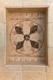 Naturstein deckt Mosaik mit beiseite legen im Badezimmer mit Ziegeln lizenzfreies stockbild