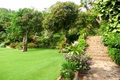 Naturstein, der im Hausgarten mit Treppe landschaftlich gestaltet Lizenzfreie Stockfotografie