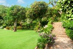 Naturstein, der im Hausgarten mit Treppe landschaftlich gestaltet Lizenzfreies Stockbild