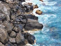 Natursteine der schwarzen glänzenden Lava, die wilde Küste im Norden von Teneriffa lizenzfreies stockfoto