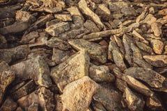 Natursteinhintergrund mit Waldmoos Beschaffenheit der abstrakten felsigen Natur Lizenzfreie Stockfotos