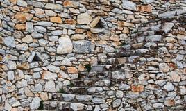 Natursteintreppenhaus und Stützmauer lizenzfreies stockfoto