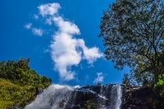 Naturvattenfallblått-himmel angenäm himmel Arkivfoton