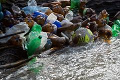 Naturverschmutzung von Plastikflaschen stockfotografie