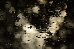 Naturvinterabstrakt begrepp - ytbehandlar den mörka tipsen interpunkteras, genom att dyka upp bubblor av gas som stiger från dess royaltyfria bilder