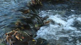Naturwasserfall an der Gebirgsflusskaskade Bunte grüne moosige Felsen, Wasserfall und Kaskade Naturhintergrund mit schöner Querst stock video