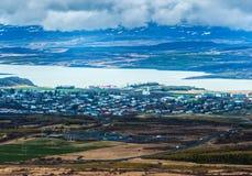 Natury tła pięknych krajobrazowych gór drogowi wzgórza chmurnieją Iceland zdjęcie stock