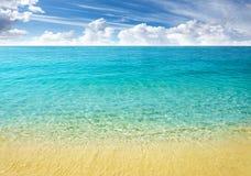 Natury tło, jasny woda i błękitny chmurny niebo, Obraz Royalty Free