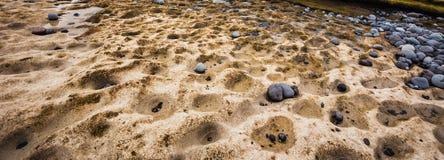 Natury tło kamienie i depresja rzeźbił w skale na dennym brzeg zdjęcia stock