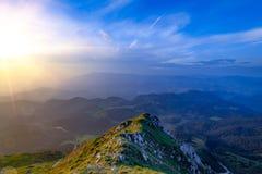 Natuurlijk alpien landschapslandschap van bergen en sterke contrast warme en blauwe kleuren Adembenemend panorama van Zemelengebi stock afbeelding