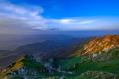 Natuurlijk alpien landschapslandschap van bergen en sterke contrast warme en blauwe kleuren Adembenemend panorama van Zemelengebi royalty-vrije stock foto