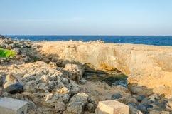Natuurlijk brugstrand bij het Caraïbische overzees in Aruba royalty-vrije stock foto's