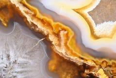 Natuurlijk bruin agaat met kristallen Royalty-vrije Stock Foto's