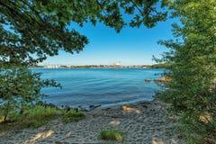 Natuurlijk de zomerkader met klein strand Stock Foto