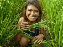 Natuurlijk en vers portret van jong gelukkig en exotisch eilandbewoner Aziatisch meisje van Indonesië die het vrolijke en opgewe stock afbeelding