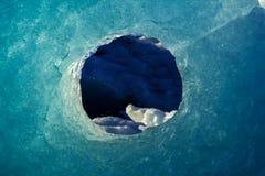 Natuurlijk gat in een ijsberg stock foto