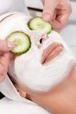 Natuurlijk gezichtsmasker met komkommer Stock Foto's