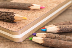 Natuurlijk houten potloden en cork werkboek Stock Foto's