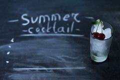 Natuurlijk ijs in een glas met kersen op een zwarte achtergrond Royalty-vrije Stock Fotografie