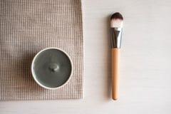 Natuurlijk kosmetisch gezichtsmasker in ceramische kom stock fotografie