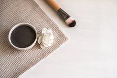 Natuurlijk kosmetisch gezichtsmasker in ceramische kom royalty-vrije stock afbeeldingen