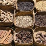 Natuurlijk kruid in lokale markt, Bali, Indonesië Zwart-witte peper, gember, notemuskaat, pijpjes kaneel, steranijsplant, droge k stock fotografie
