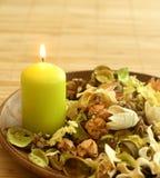 Natuurlijk kruideningrediënt in houten kom en cand stock foto's