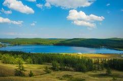 Natuurlijk landschap, de bergen en het bosmeer Stock Afbeelding