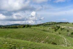 Natuurlijk landschap met groene heuvels onder blauwe hemel met wolken Royalty-vrije Stock Fotografie