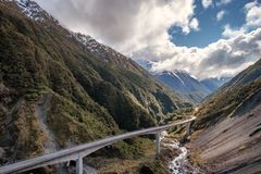 Natuurlijk landschap van de brug van de bergweg in de pas van Arthur, Nieuw Zeeland royalty-vrije stock afbeelding