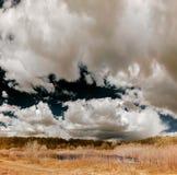Natuurlijk landschaps infrarood panorama met mooie wolken Royalty-vrije Stock Afbeeldingen
