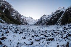Natuurlijk landschapsbeeld van de wintersneeuw behandeld meer in Nieuw Zeeland royalty-vrije stock afbeeldingen