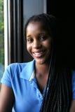 Natuurlijk licht portret van glimlachende zwarte tiener Stock Afbeeldingen