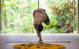 Natuurlijk portret van de jonge aantrekkelijke en geschikte acrobaatmens het praktizeren yoga oefening van het opleidingssaldo bi royalty-vrije stock foto