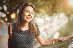 Natuurlijk portret van een glimlachende Italiaanse vrouw stock fotografie